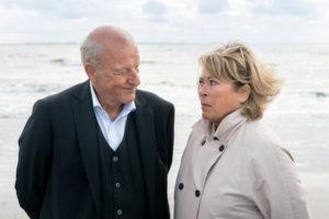 Georg Wilsberg (Leonard Lansink) und Anna Springer (Rita Russek) auf Norderney. (Foto: ZDF / Thomas Kost)