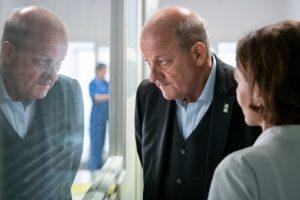 Georg Wilsberg (Leonard Lansink) im Krankenhaus bei Kommissarin Springer. Braucht sie einen Schutzengel? (Foto: ZDF / Thomas Kost)