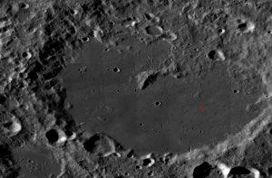 """Der Mondkrater """"Von Kármán"""" auf der Rückseite des Monds hat etwa 180 km Durchmesser. Das Kreuz markiert die Landestelle von """"Chang'e 4"""". (Foto: NASA/LROC)"""