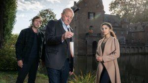 """Im neuen Fall """"Einer von uns"""" ermitteln (v.l.n.r.) Ekki Talkötter (Oliver Korittke), Georg Wilsberg (Leonard Lansink) und Dr. Tessa Tilker (Patricia Meeden) auf einem Wasserschloss. (Foto: ZDF / Thomas Kost)"""