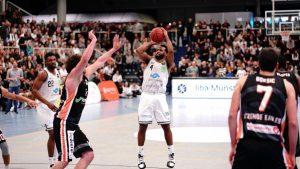 """Point Guard Josph """"JoJo"""" Cooper (4, WWU Baskets Münster), Topscorer mit 24 Punkten, in der Partie der BARMER 2. Basketball Bundesliga ProB bei einem 2-Punkte-Wurf. Endstand WWU Baskets – Itzehoe Eagles 77:79 - (Foto: Markus Holtrichter)"""