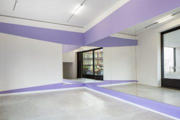 Die Künstlerin Paula Fröhlich hat in der Galerie der Gegenwart ein Kunstwerk aus Spiegeln errichtet. (Foto: LWL/Hanna Neander)