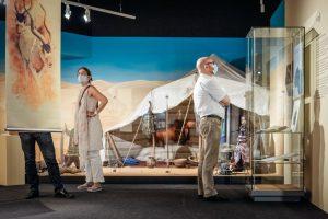"""Die Ausstellung """"Überlebenskünstler Mensch"""" im LWL-Museum für Naturkunde. (Foto: LWL / Steinweg)"""