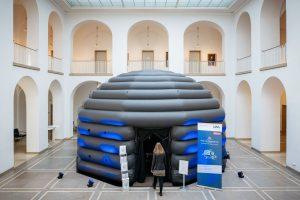 In ganz Westfalen ist das Pop-up-Planetarium unterwegs. (Foto: LWL / Steinweg)