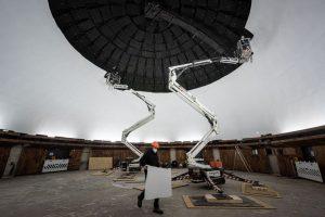 Mit zwei Arbeitsbühnen kamen die Handwerker auf 13 Meter Höhe und konnten unter der Kuppel im Planetarium arbeiten. (Foto: LWL / Steinweg)