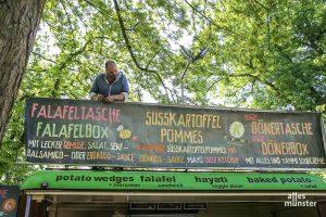 Selbst ist der Chef: Swen Gödde legt letzte Hand an den Krawummel Foodtruck. (Foto: Michael Wietholt)