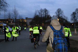 Mit den reflektierenden Warnwesten kommt ihr sicher durch die dunkele Jahreszeit. (Foto: Stadt Münster / Presseamt)