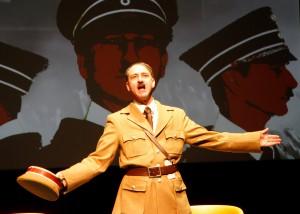 Thomas Karl Hagen in seiner Rolle als Adolf Hitler. (Foto: Klaus Lefebvre)