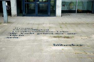 """Beim """"KEINrundgang 21"""" sind auch Gedichte auf dem Boden rund um die Kunstakademie zu sehen. (Foto: Jana Mengeu)"""
