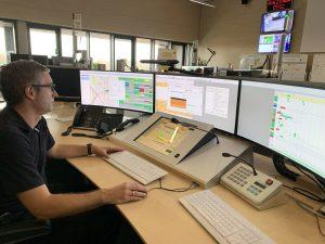 Thomas Lahme, Systemadministrator für Einsatzleitrechner, sorgt bei der Feuerwehr Münster dafür, dass seine Kollegen Menschen in Notlagen schneller finden: Moderne Smartphones übermitteln bei Notrufen Geokoordinaten an die Leitstelle, die an das Ortungssystem AML angeschlossen ist. (Foto: Stadt Münster)