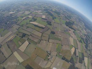 Im freien Flug über herbstliche Äcker. (Foto: Iris Brandewiede)