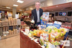 """Michael Radau, Chef der Kette """"Super Biomarkt"""", mit den Produkten, über deren Verkauf die Studie finanziert werden soll. (Foto: Michael Bührke)"""
