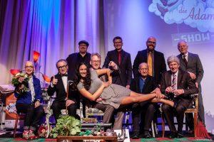 Auch ohne Sofa gelang es am Ende allen Gästen, sich für das obligatorische Abschlussbild in Stellung zu bringen. (Foto: Stephan Günther)