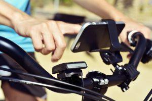 Auch auf dem Fahrrad gilt: Hände weg vom Telefon.(Foto: nito / stock.adobe.com)