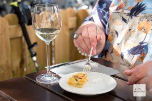 Zum Wein ein leckeres Stück Quiche. (Foto: Michael Bührke)