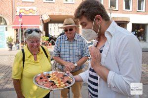 """Georg Naumann mit spanischen Spezialitäten des Restaurants """"La Bodega"""". (Foto: Michael Bührke)"""