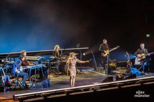 Louisan im Kreise Ihrer Musiker. (Foto: Stephan Günther)