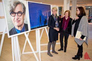 Susanne Anger (r.) führt die Regierungspräsidentin Dorothee Feller (l.) und die Bürgermeisterin Wendela-Beate Vilhjalmsson (m.) durch die Ausstellung. (Foto: mb)