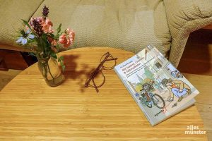 """Das neue Buch """"Schirm, Charme & Fahrradhelm"""" von Iris Brandewiede. (Foto: privat)"""