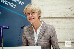Regierungspräsidentin Dorothee Feller begrüßt die Gäste der Ausstellungseröffnung (Foto: Bührke)