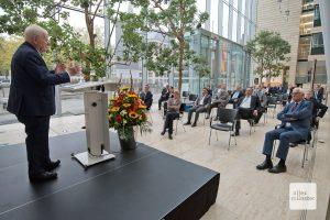 Aufmerksam verfolgen die Gäste im Foyer der Bezirksregierung den Erzählungen und Einschätzungen von Friedhelm Ost (Foto: Bührke)
