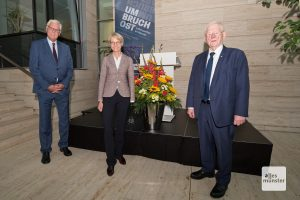 """Dr. Peter Paziorek, Dorothee Feller und Friedhelm Ost (v.l.) während der Eröffnung der Ausstellung """"Umbruch Ost"""" (Foto: Bührke)"""