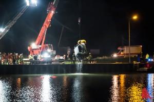 Ein Kran der Feuerwehr hob das Auto-Wrack aus dem Dortmund-Ems-Kanal. (Foto: sg)