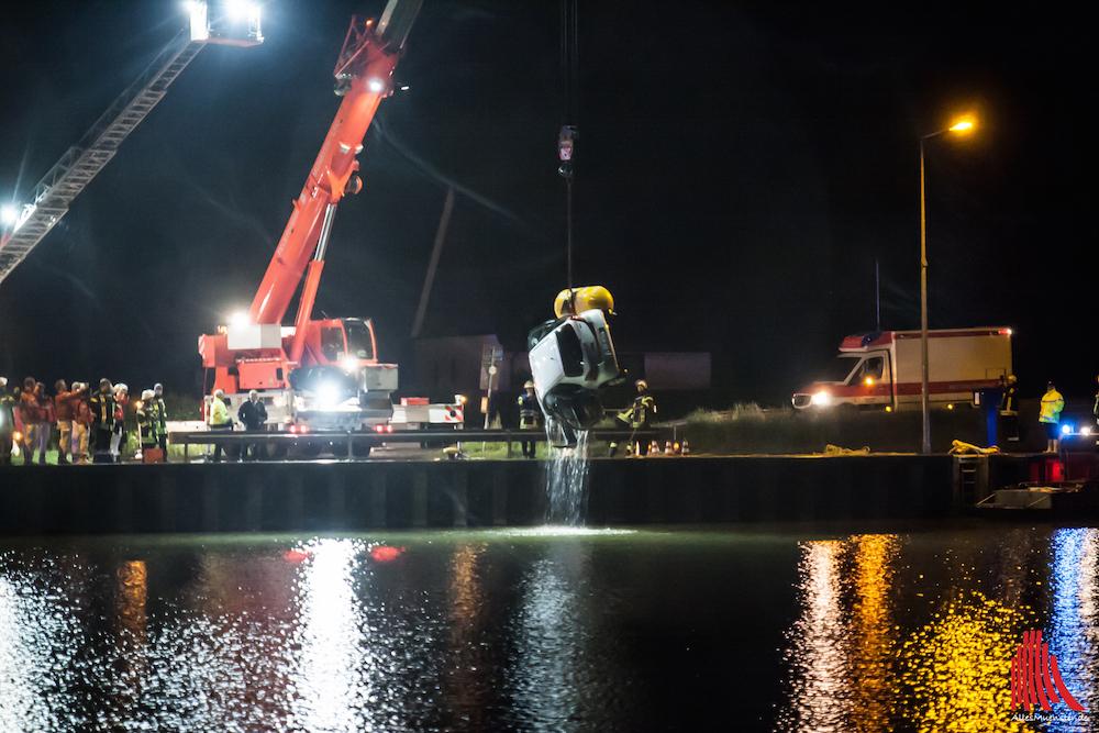 Ein Kran der Feuerwehr hob das Auto-Wrack aus dem Dortmund Ems Kanal. (Foto: sg)