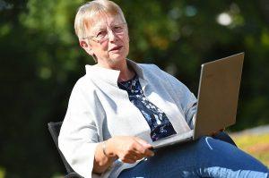 Autorin Helga Streffing bei der Gartenarbeit (Foto: Michael Bönte)