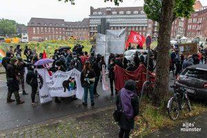 An der Baustelle am neuen Hüffer-Campus wollten die Demonstranten ihren Protest in Sicht- und Hörweite von Kanzlerkandidat Armin Laschet zum Ausdruck bringen. (Foto: Thomas Hölscher)