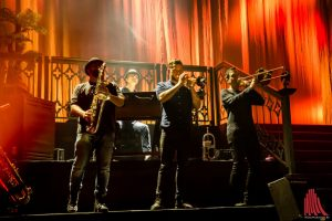 Ein Bläsersatz komplettiert die Liveband von BAP. (Foto: Claudia Feldmann)