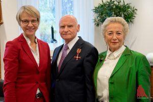 Während der Ordensverleihung (v.l.): Regierungspräsidentin Dorothee Feller, Dieter und seine Frau Fransje Sieger. (Foto: Michael Bührke)
