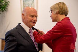 Der sichtlich gerührte Dieter Sieger bekommt von der Regierungspräsidentin das Bundesverdienstkreuz verliehen. (Foto: Michael Bührke)