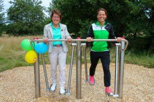Schirmherrin Ruth Klimke, Mutter der Reiterin und Olympiasiegerin Ingrid Klimke, und Jennifer Oster, Leiterin des Brillux eigenen Gesundheitszentrums B-Vital (v. l. n. r.), testeten den Beintrainer. (Foto: Pressefoto)