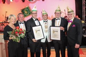 Urkunden gab es für die neuen Ehrensenatoren Georg Krimphove (3.v.l.) und Winfried Hötte (2.v.r.). Senatspräsident Lars Michler (3.v.r.) nahm die Ehrungen vor. (Foto: je)