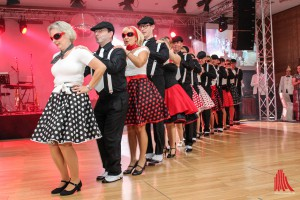 Die neuen Senatoren der KG Freudenthal führten gemeinsam schwungvolle Tänze im Stil der 50er/ 60er Jahre vor. (Foto: je)