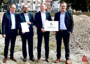 Bahnhofsmanager Michael Jansen, Volker Nicolaus von der Bahnentwicklungsgesellschaft NRW sowie Jan Grzesik und Christian Hehemann von der Landmarken AG präsentieren das neue Logo. (Foto: Ralf Clausen)