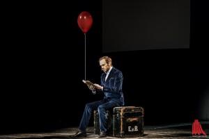"""Der Magier mit dem Buch """"Die moderne Salonmagie"""", das in der Show einen bleibenden Eindruck hinterlassen wird. (Foto: sg)"""