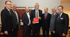 (v.l.n.r.:) Udo Schröder-Hörster (JUH), Dirk Winter (ASB), André Weber (ASB), Dr. Reinhard Klenke, Wolfgang Sprogies (Bezirksregierung), Jürgen Hainke (MHD), Thomas Lüchtefeld (DRK) (Foto: PR)