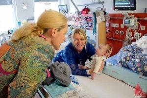 Die Ergotherapeutin Ursula Trahe-Wissing zeigt Bettina Wulff die Arbeit mit einem ihrer kleinen Patienten. (Foto: mb)