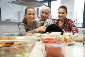 Die Ernährungsumschau hat in ihrer Oktober-Ausgabe die Projektarbeit von Julia Wienert, Nadya Aweimer und Fidan Kalach (v. l.) mit Rezepten und Informationen zur Verpflegung von Flüchtlingen veröffentlicht. (Foto: FH Münster/Online-Redaktion)
