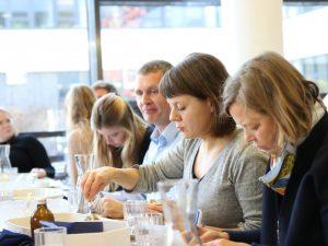 """Den """"Mittagstisch for Future"""" haben Studierende in dem Seminar Grundlagen der Gemeinschaftsgastronomie bei Dr. Christine Göbel (2. v. r.) organisiert. (Foto: FH Münster/Dzemila Muratovic)"""