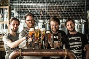 Dr. Florian Böckermann (2.v.l.) und das Team der Finne Brauerei erwarten ihre Gäste im Kreuzviertel von Münster. (Foto: Kerstin Niehoff)