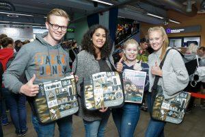 Die Studenten freuen sich über die neuen WWU-Taschen. (Foto: MünsterView / Tronquet)