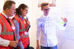 """Leon Focks präsentiert der """"Jugend forscht""""-Jury eine Pyranin-Lösung, die Teil seines Projekts ist. (Foto: FH Münster/Pressestelle)"""