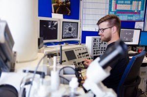 Torben Ernst arbeitet während seines Studiums Materials Science and Engineering auch mit dem Rasterelektronenmikroskop am Fachbereich Physikingenieurwesen. (Foto: FH Münster/Theresa Gerks)