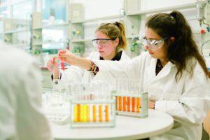 Beim DiscoverING-Camp führen die Schülerinnen in den Laboren spannende Versuche durch. (Foto: FH Münster/Maxi Krähling)