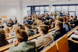 Probesitzen im Hörsaal für jeden, der Lust hat: Möglich ist das dank der Schnuppervorlesungen an der FH Münster. (Foto: FH Münster/Susanne Lüdeling)