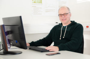 Prof. Dr. Klaus Peikenkamp lehrt und forscht an der FH Münster unter anderem in den Bereichen Biomechanik und Messtechnik in der Orthopädie. (Foto: FH Münster/Theresa Gerks)