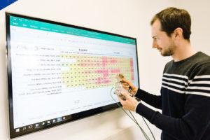 Masterstudent Tobias Krause vergleicht die Messwerte seines Sensors mit den gemittelten Werten aus der 24-Stundenmessung an Silvester. (Foto: FH Münster/Maxi Krähling)